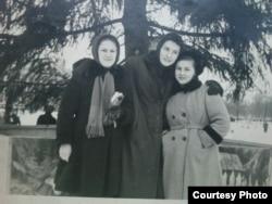 Вольга Іпатава (зьлева) з Натальляй Брыль і дачкой партызана Тацянай Дуднікавай (1959 год)