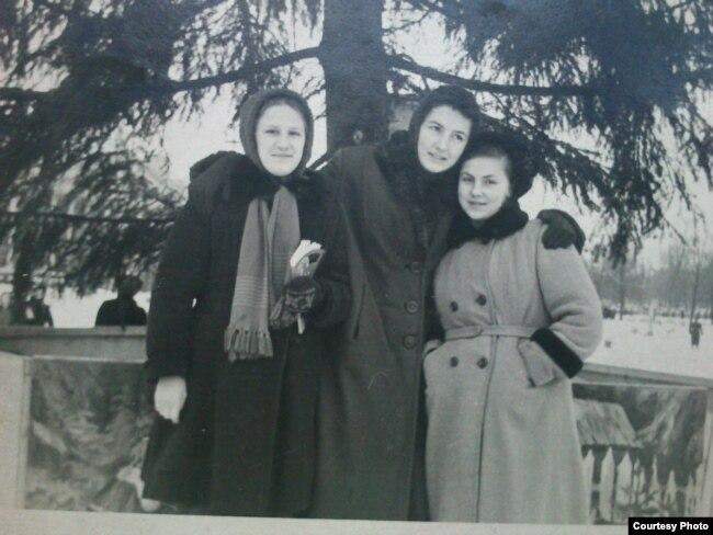 Натальля Брыль, дачка партызана Тацяна Дуднікава, Вольга Іпатава (1959 год)