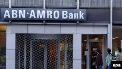 بلژیک:يکی از مشتريان بانک «ای بی ام آمرو» از صندق های اين بانک مقدار قابل توجهی الماس به ارزش ۲۸ ميليون دلار دزديده است.