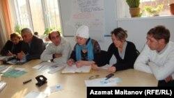 Представители экологических неправительственных организации на пресс-конференции. Атырау, 10 января 2011 года. Иллюстративное фото.