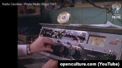 """""""Radio Caroline"""" ilk dəfə efirə 1964-cü ilin martında gəmidə çıxıb."""