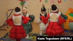 Девочки из мини-центра в поселке Шанырак танцуют казахский танец. Алматы, 14 февраля 2013 года.