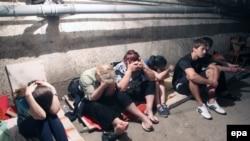Семья прячется в подвале во время обстрела Горловки, 29 июля 2014 года.