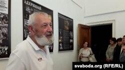 Марат Гаравы правдзіць экскурсію для наведнікаў выставы