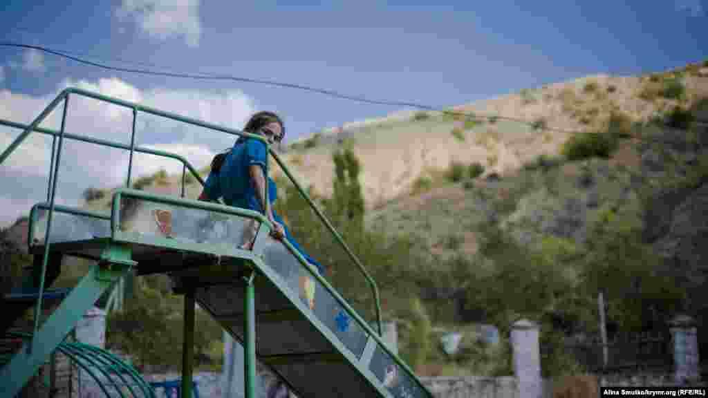 Девочка играет недалеко от мечети