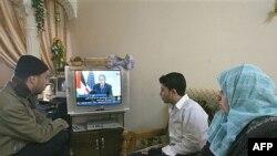 یک خانواده فلسطینی در حال تماشای کنفرانس خبری بوش در سفرش به منطقه