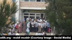"""Очередь пенсионеров возле """"Микрокредитбанка"""" в городе Наманганской области. Август 2015 года, Наманган."""
