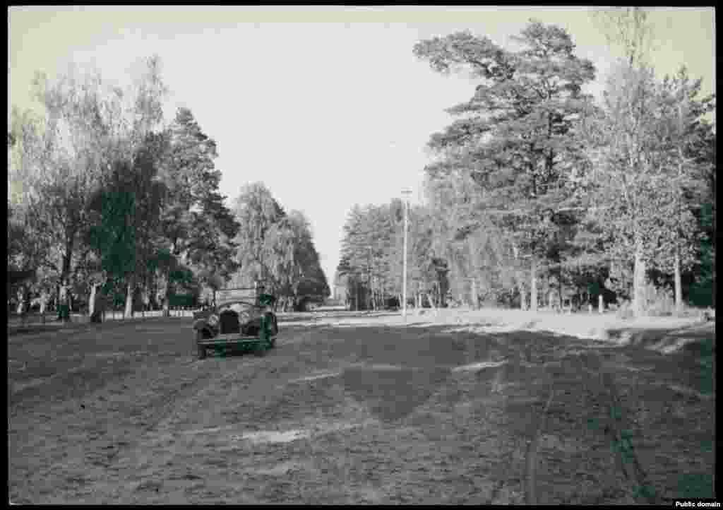 Примета нового времени и уникальный для Полесья того времени кадр: в Пинский район заехал автомобиль.