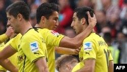 «Բորուսիա»-ի ֆուտբոլիստները շնորհավորում են հերթական գոլը խփած Հենրիխ Մխիթարյանին, արխիվ