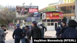 Полиция активисттерди кармап кетти.