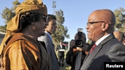 Ливия жетекшісі Муаммар Каддафи (сол жақта) мен Оңтүстік Африка Республикасының президенті Джейкоб Зума. Триполи, 10 сәуір 2011 жыл.