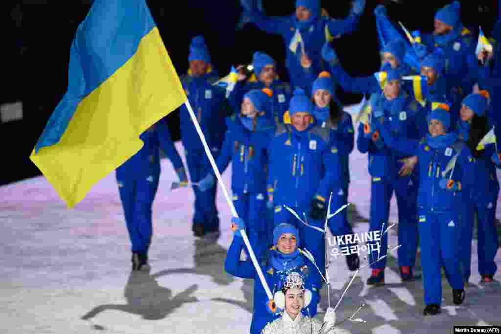 Украинская сборная шагает на параде во время церемонии открытия Олимпиады