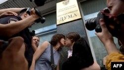 Гейлер құқығын қорғаушылар гомосексуализмге тыйым салатын заң жобасына наразылық танытып, Мемлекеттік дума алдында сүйісіп тұр. Мәскеу, 11 маусым 2013 жыл.