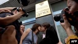 بوسه هواداران حقوق همجنسگرایان در مقابل دوما(پارلمان روسیه)
