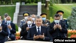 Өзбекстан басшысы Шавкат Мирзияев қуғын-сүргін құрбандарын еске алу шарасы кезінде.