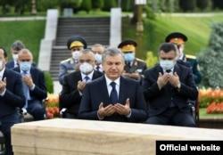Өзбекстан президенті Шавкат Мирзияев елдің бұрынғы президенті Ислам Каримовтың құрметіне салынған мемориалдық кешенде аруағына Құран бағыштау кезінде.