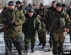 Один із ватажків угруповання «ДНР» Михайло Толстих («Гіві»), другий справа у глибині кадру, окупований Донецьк, 16 лютого 2015 року