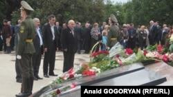 В 10 утра цветы к мемориалу погибшим воинам в сухумском парке Славы возложили члены правительства, представители общественности, абхазской диаспоры из Турции и Сирии, духовенство Абхазии