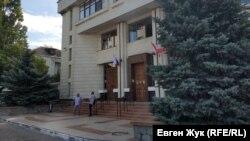 Дом №1 по улице Михаила Дзигунского сейчас занимает отделение банка «Россия»