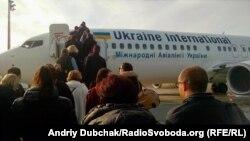 Pamje e udhëtarëve duke hyrë në një aeroplan të Ukrainës