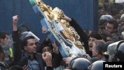 Тегеран: протестующие срывают герб с британского посольства