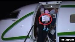 """Плакат """"Спасибо России"""" в ручках у девочки - размером почти с полдевочки. Скриншот из видео в инстаграме Кадырова"""