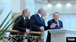 Қазақстан президенті Нұрсұлтан Назарбаев (оң жақта), Беларусь президенті Александр Лукашенко (ортада), Ресей президенті Владимир Путин Еуразиялық жоғары экономикалық кеңес кезінде сөйлесіп тұр. 24 қазан 2013 жыл