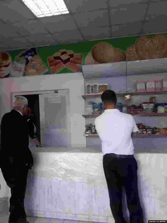 Прилавок продуктового магазина в столице Туркменистана