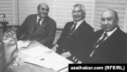 RFE/RL-niň Türkmen gullugynda köp ýyllar işlän ozalky baýry žurnalistler (çepden saga) Aman Berdimyrat, Allamyrat Halmyrat we Myrat Täçmyrat. Arhiw suraty.