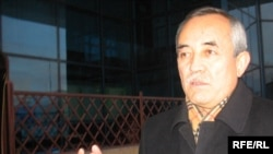 Серік Әбдірахманов Азаттық радиосына сұхбат беріп тұр. Алматы, желтоқсан, 2008 жыл