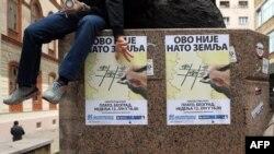 """Ieri la Belgrad în fața unui afiș pe care scria """"Aceasta nu este o țară Nato"""""""