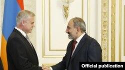 Генеральный секретарь ОДКБ Станислав Зась (слева) и премьер-министр Армении Никол Пашинян
