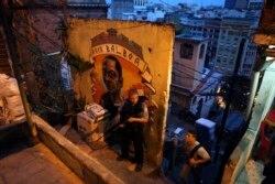 Полицейский UPP патрулирует одну из фавел Рио-де-Жанейро