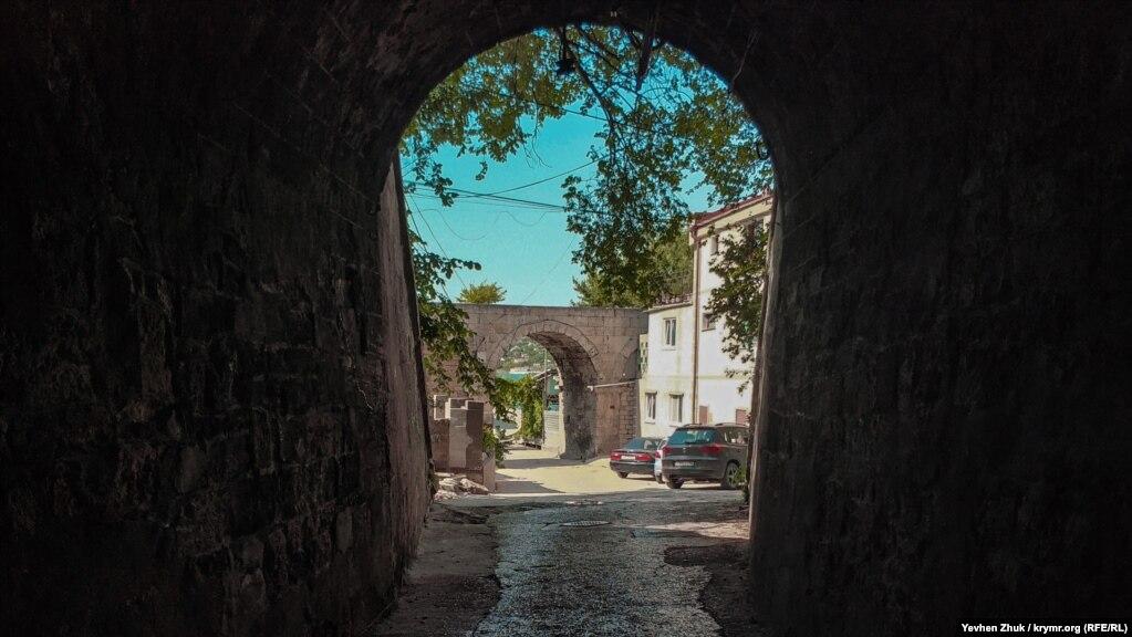 На выходе из тоннеля – арка старинного акведука. Его построили в середине XIX века для снабжения Севастополя питьевой водой