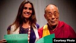 دالایی لاما رهبر مذهبی تبت در کنار نازنین افشینجم با شعارهایی در حمایت از مردم ایران