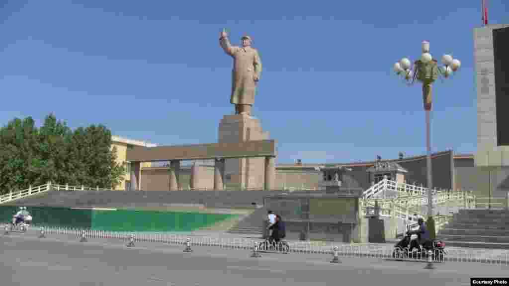 Памятник Мао Цзедуну на главной площади Кашкара