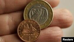 Евро и старата грчка драхма.