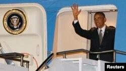 Президент США Барак Обама выходит из самолета. 28 июня 2013 года.