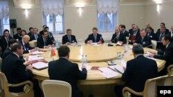 2009-жылдын декабрында Евразия Бажы биримдигинин жыйынын ошондогу орус премьер-министри Владимир Путин (оңдон үчүнчү) өткөрүүдө