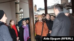 Abdulgafar Velić (drugi s desna) pokazao mladima Gazi Husrev-begovu džamiju i njen harem