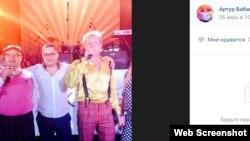 Сын депутата Леонида Бабашова Артур Бабашов (в центре) с участниками «Уездного города» на вечеринке в честь 10-летия фирмы «Альт-Эра» из семейного бизнеса