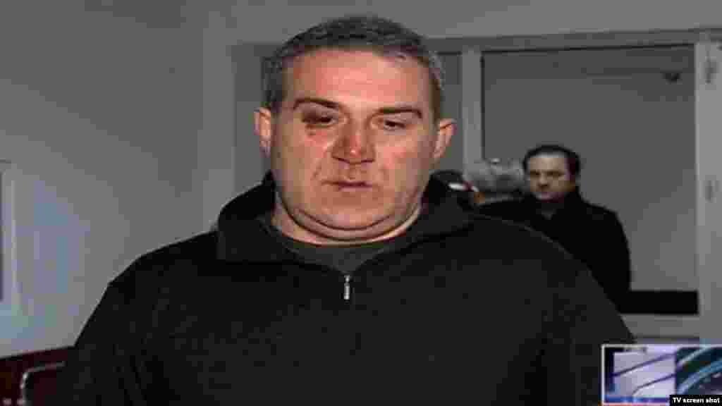 """Грузия парламентіндегі оппозицияшыл депутаттардың бірі Нугзар Циклауриді 31 наурызға қараған түні үйінің маңында белгісіз біреулер ұрып-соққан.Депутат түнде үйіне оралған кезде подъезінің алдында өзін үш көлікпен келген бірнеше адам күтіп алып, соққыға жыққанын айтты.Грузия экс-президенті Михаил Саакашвилидің """"Бірыңғай ұлттық қозғалыс"""" партиясы депутатқа """"шабуыл жасауды ұйымдастырды"""" деп билікті айыптады."""