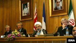 ایران در اکتبر سال ۲۰۰۳ میزبان وزرای خارجه سه کشور اروپایی بود تا گام نخست را برای اعتمادسازی هستهای بردارد. گفتوگوهایی که به تعلیق موقت و داوطلبانه غنیسازی اورانیوم انجامید.
