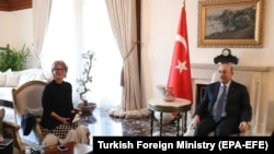 Спецдокладчик ООН по делам внесудебных казней Аньес Каламар (слева) на встрече с главой МИД Турции Мевлютом Чавушоглу (архивное фото).