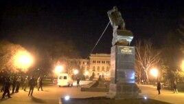 Снос памятника большевику Николаю Рудневу в Харькове, 11 апреля 2015 года