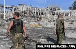 Бойовики російських гібридних сил біля руїн Міжнародного аеропорту «Луганськ», 11 вересня 2014 року