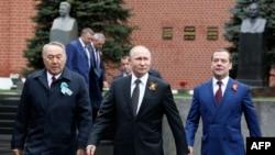 Қазақстанның бұрынғы президенті Нұрсұлтан Назарбаев (сол жақта), Ресей президенті Владимир Путин (ортада) және Ресей премьер-министрі Дмитрий Медведев. Мәскеу, Қызыл алаң, 9 мамыр 2019 жыл.