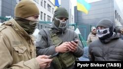 Люди в камуфляжной форме, блокирующие редакцию NewsOne, Киев, 4 декабря