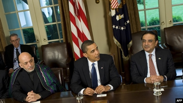 Afghan President Hamid Karzai, U.S. President Barack Obama, and Pakistani President Asif Ali Zardari (left to right) at a meeting at the White House in Washington (file photo)