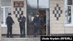 Міліцыянты каля школы №2 у Стоўпцах пасьля двайнога забойства. 11 лютага 2019 году